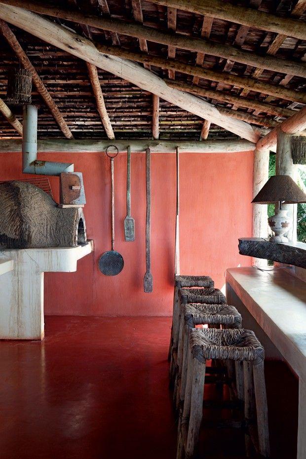 Bar   Do forno a lenha saem pizzas e pernis que a moradora adora preparar para os amigos (Foto: Evelyn Müller / Living Inside)