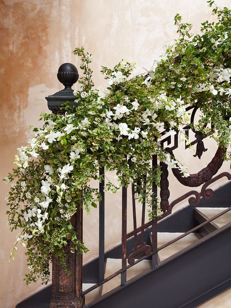 Gardland inspiration on this charming #staircase