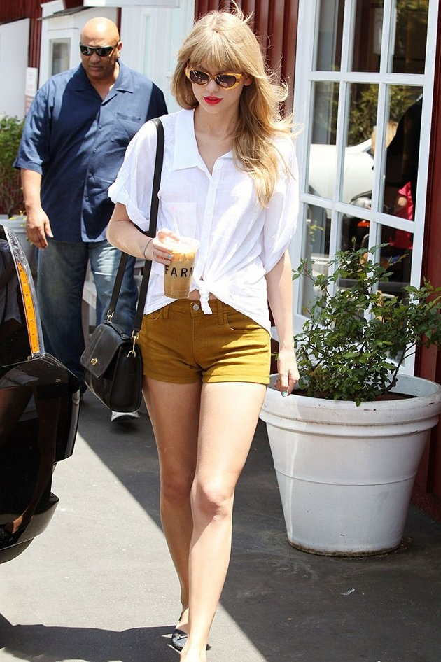 Taylor Swift cute summer outfit. LOVE slouchy knotted cotton tops