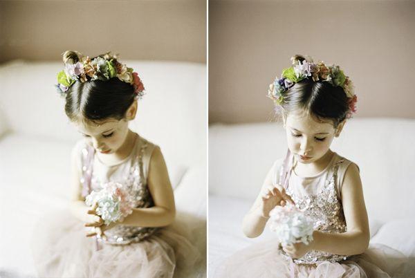 Una niña para las flores de lo más adorable {Foto, Noemi Jariod / Corona de flores, Mireia Abras / Vestido, Tutu du monde} #flowergirl #pajes #tendenciasdebodas#coronaflores