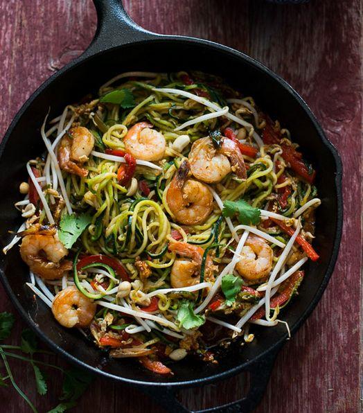 """Avete mai assaggiato gli """"zucchini noodles""""? Vi occorrono due zucchine grandi da tagliare a strisce sottilissime, gamberetti, aglio tritato, cipolla, germogli di soia, arachidi tostate e peperone rosso."""