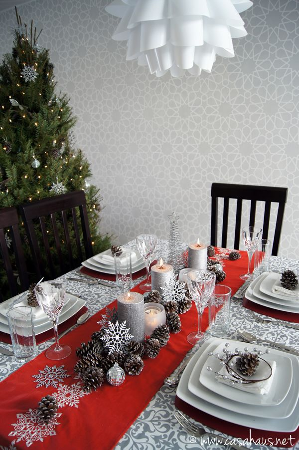 Christmas table in silver and red.  Mesa de Navidad en rojo y gris.