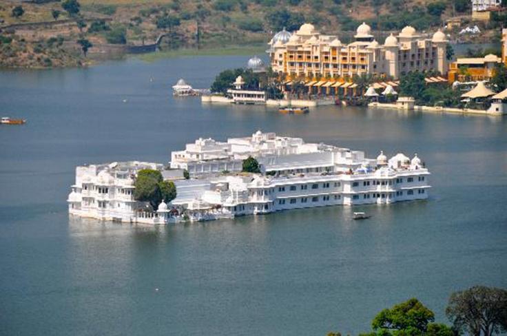Отель «Taj Lake Palace Udaipur» ***** (Удайпур, Индия)  Выстроенный из мрамора отель с величественной архитектурой расположен посреди озера Пичола. К услугам гостей спа-салон с полным спектром услуг, а также индивидуальные программы и занятия йогой. В стоимость номеров входят услуги дворецкого. Добраться в отель можно только на катере.  Стоимость размещения - от 445 USD за ночь.  Подробности: +7 495 9332333, sale@inna.ru   Будьте с нами! Открывайте мир с нами! Путешествуйте с нами!