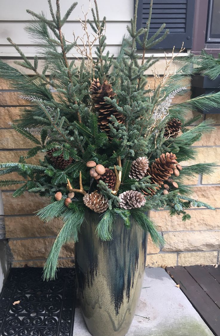 Winter pot 2017. Balsam fir, spruce and white pine with gold accents and gold an… – Haus