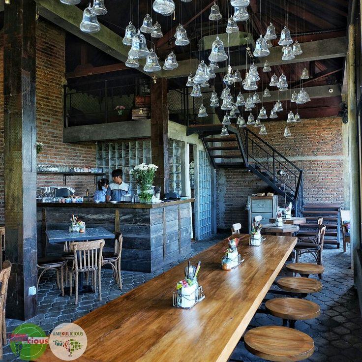 Food Blog Bali  Fat Chow Tample Hill yang berada di kaki bukit Jimbaran ini mempunyai view ke arah jalan tol laut dan bandara Ngurah Rai.  Tempatnya asik untuk makan atau sekedar ngopi dan bersantai. ••• ••• ••• @fatchowbali Temple Hill Rp 75k - Rp 200k  Jl. Raya Uluwatu No. 8D ••• ••• ••• #restaurant #view