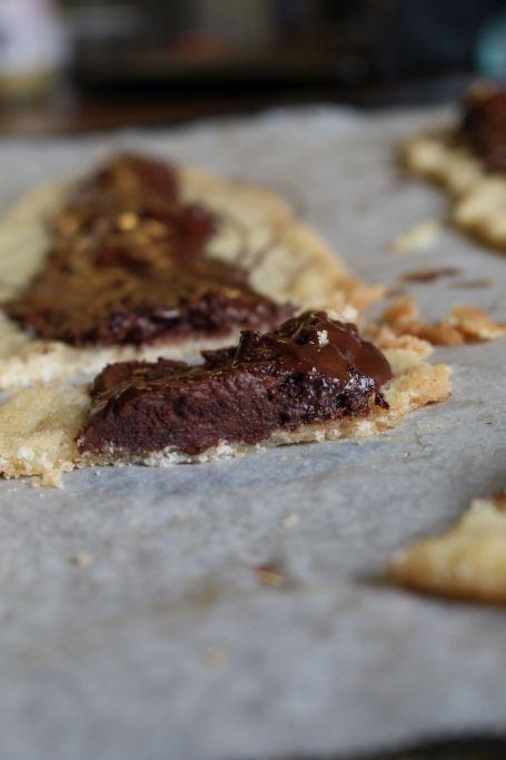 Kom ni ihåg när jag bakade biskvier i långpanna? Detta påminner lite om detta. Lätt, smidigt, o supergott! Jag rev ner mandelmassa i snittsmeten och kakorna blev sådär härligt sega som man vill ha dem. Uppe på kakorna så är det en choklad biskvifyllning o smält choklad över! BISKVISNITTAR 100 g smör 1 dl strösocker [...]