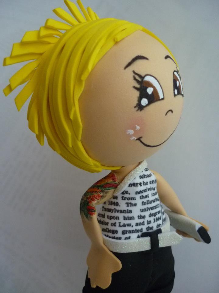 Fofucha de cabelo espetado e tattoo