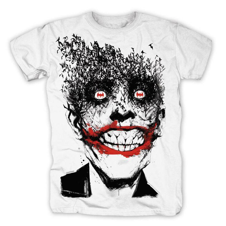 Camiseta Joker loco. Batman. DC Cómics Estupenda camiseta ideal para los fans del Joker con una imagen de una terrible sonrisa y la parte superior de su cabeza formada por decenas de murciélagos. 100% oficial y licenciada.
