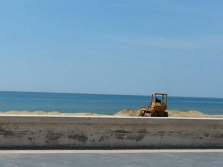 Mondragone (R)Esiste: Lo spianamento della spiaggia è l'ennesimo sfregio all'ambiente e al paesaggio mondragonese a cura di Redazione - http://www.vivicasagiove.it/notizie/mondragone-resiste-lo-spianamento-della-spiaggia-e-lennesimo-sfregio-allambiente-e-al-paesaggio-mondragonese/