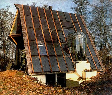 Maison Oréjona, Luc Schuiten, années 70, Bruxelles.   Il s'agit d'une maison autonome énergétiquement imaginée par Luc, elle a reçu plusieurs prix d'architecture.  Il a également conçu lui-même l'ensemble du mobilier à partir de dosses de hêtre non redressées. Toutes ses parties sont reliées comme dans une sorte d'organisme vivant. Elle a été imaginée comme un catalyseur de relations humaines.