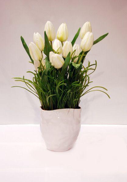 """Тюльпаны.  Искусственные цветы как и живые никогда не выйдут из моды. Они словно одухотворяют интерьер, воссоздавая в доме неповторимую природную среду. В наше сумасшедшее время с напряженным деловым ритмом подобные композиции очень востребованы. В опытных руках флористов-дизайнеров искусственные цветы """"оживают"""", создавая радостную и одновременно спокойную атмосферу.  Первые искусственные цветы появились в Древнем Китае и были сделаны из ... фарфора."""