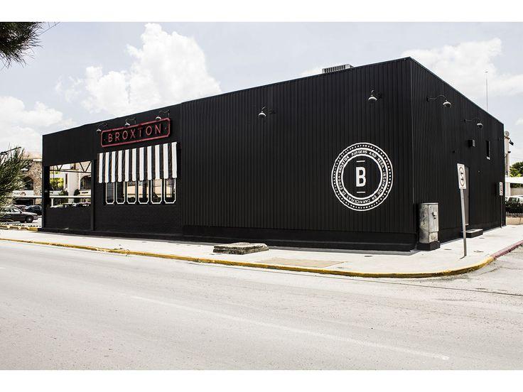 Broxton es un restaurante de hamburguesas y cervezas artesanales ubicado en la ciudad de Saltillo, Coahuila. Se desarrollo todo el concepto, gráfico, interiorismo, arte y arquitectura | by Union Mexicana del Diseño