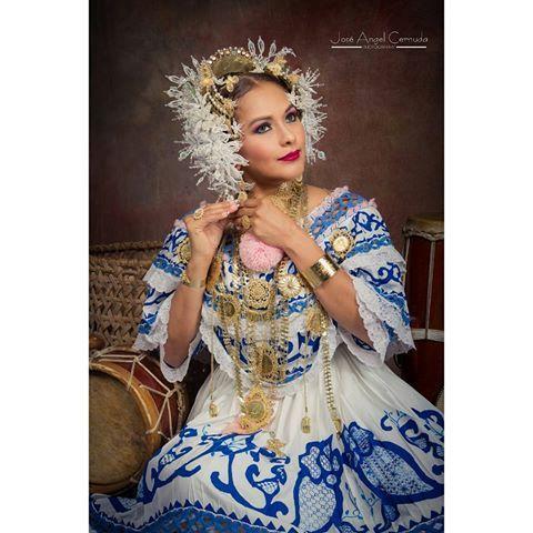 Nuestro traje nacional es el producto de un arte anónimo que creció al calor de los hogares de nuestra campiña y representa la inspiración de nuestras artesanas. Hicimos esta fotografía en la provincia de Chiriqui con un equipo de trabajo fuera de serie! - - - - - - - - - #fotoconlapollera #fotógrafo #panameña #panamafolkdress #sesionconlapollera #chiriqui #anotherdayattheoffice #pollera #azul #tembleques #donaire