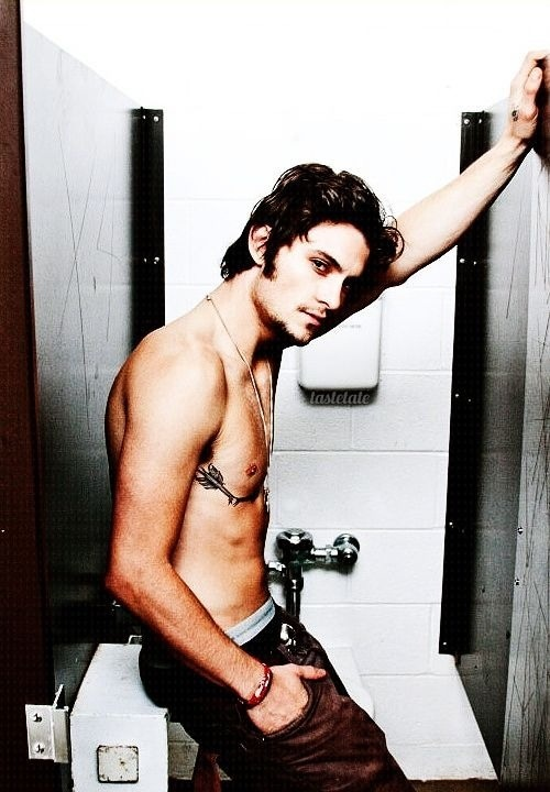 Shiloh Fernandez- like a mini johnny depp P:
