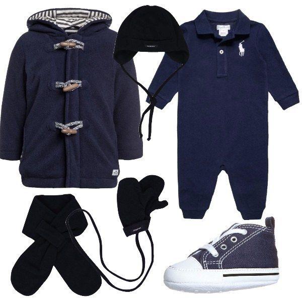 Questo outfit, consigliato per un neonato invitato ad una festa di compleanno, è formato da tutina blu Ralph Lauren, cappottino modello montgomery con interno del cappuccio a righe, scarpette blu e set composto da cappellino, guanti e sciarpa.