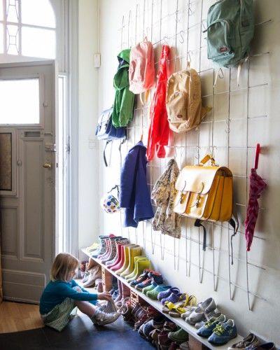 Ett tips på hur man får plats med mycket i hallen. #smålandsvillan #barnrum #inredning #inspiration #förvaring #DIY #barnvänligt #barnsmart #barnsmartavillan