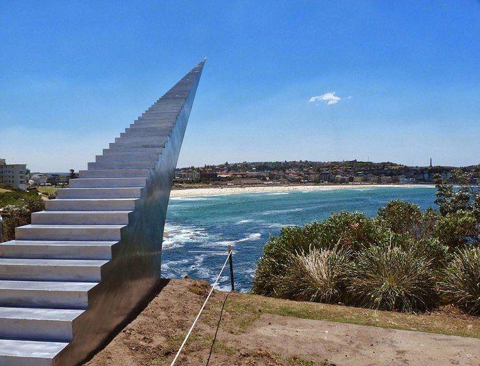 Бесконечная лестница в небо, Дэвид Мак-Кракен, Бонди, Австралия.Множество алюминиевых ступенек складываются вместе, создавая бесконечный путь в небо.