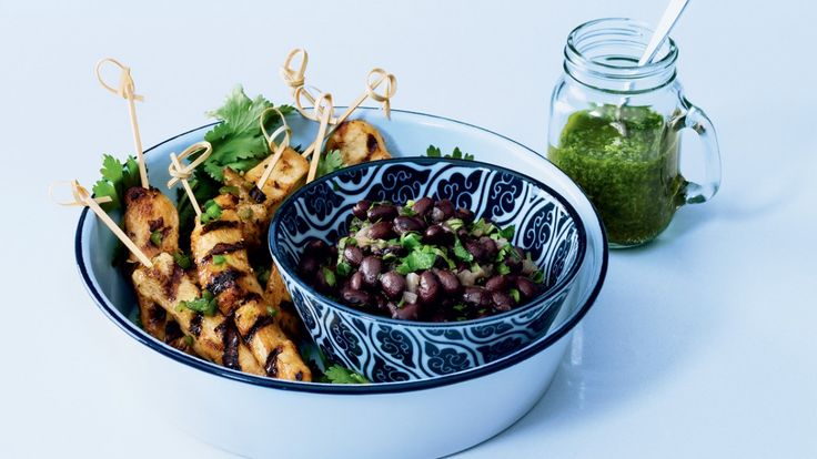 Une recette fraîche et savoureuse de brochettes de poulet accompagnées d'une salsa verde et de haricots noirs façon, à partager lors d'un pique-nique estival!
