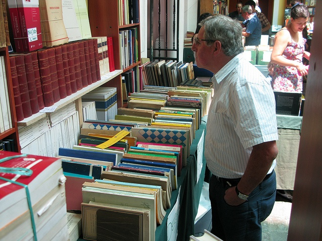 Visitante a la Feria del Libro Usado by Universidad Mayor, via Flickr