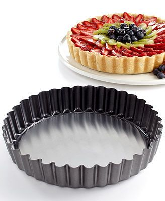 Ooh, aah, awesome. This quiche and tart pan makes whipping up handsome brunch favorites and sweet desserts a breeze. The crimped design puts that gourmet touch on every dish, plus the removable bottom