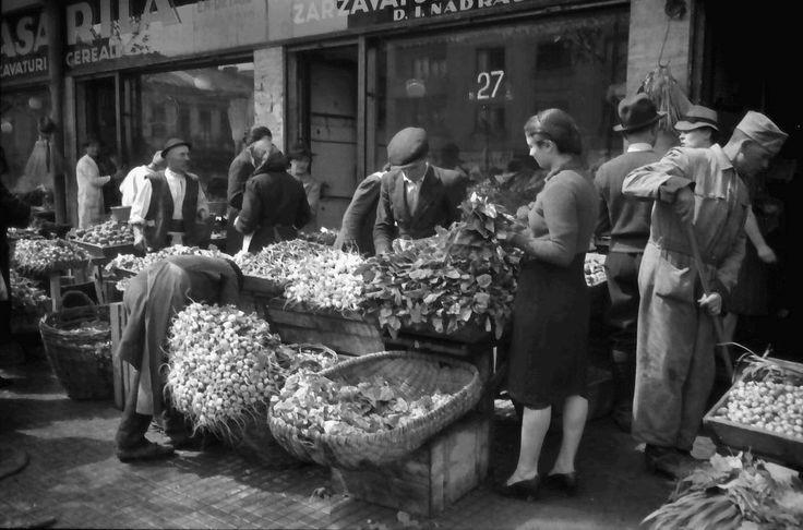 Zarzavaturi proaspete si imbietoare in Piata Amzei, in 1941. Fotografie de Willy Pragher.