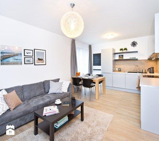Dwupokojowe mieszkanie wykończone za 55 tys. - Mały salon z kuchnią z jadalnią, styl nowoczesny - zdjęcie od Kasia Gal