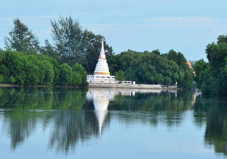 Phra Chedi Klang Nam : Rayong, Thailand