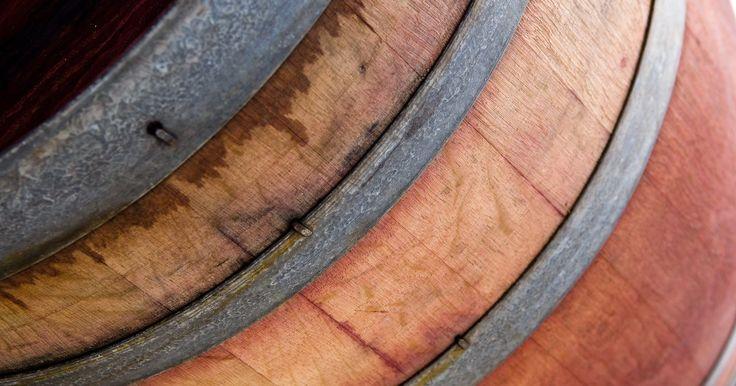 Como fazer um pequeno barril de uísque . Existem várias razões para fazer seu próprio barril pequeno de uísque: para uma decoração de jardim, destilação caseira, armazenamento de líquido ou mobília. A precisão que será necessária para fazer seu próprio barril depende do uso que você dará a ele. Fazer um barril de uísque perfeito requer muita prática, mas felizmente o carvalho é uma ...