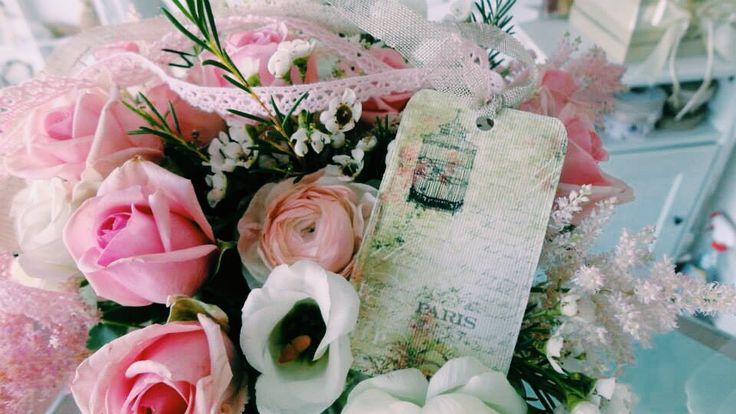 Vintage σύνθεση με ροζ τριαντάφυλλο και λισιανθο
