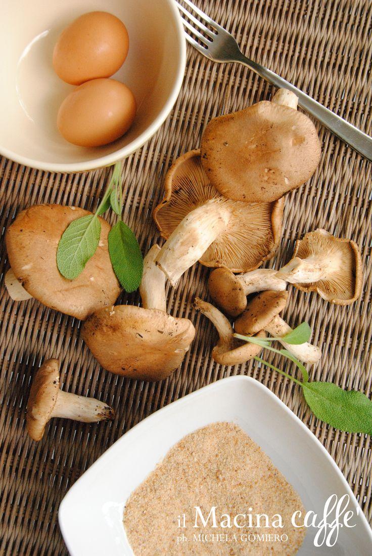 Funghi impanati con salvia - Fried mushrooms with sage http://ilmacinacaffe.blogspot.it/2013/10/funghi-impanati-con-salvia.html