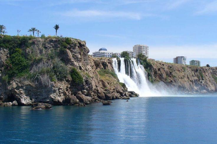 Las cascadas Duden son un conjunto de caídas de aguas ubicadas a 12 kilómetros al noreste de la ciudad de Antalya. Este conjunto está formado por el río Duden, que a su vez, es el río más importante y uno de los principales de Antalia. Las cristalinas aguas de la parte baja de las cascadas Duden pasan por un acantilado rocoso directamente al mar Mediterráneo.