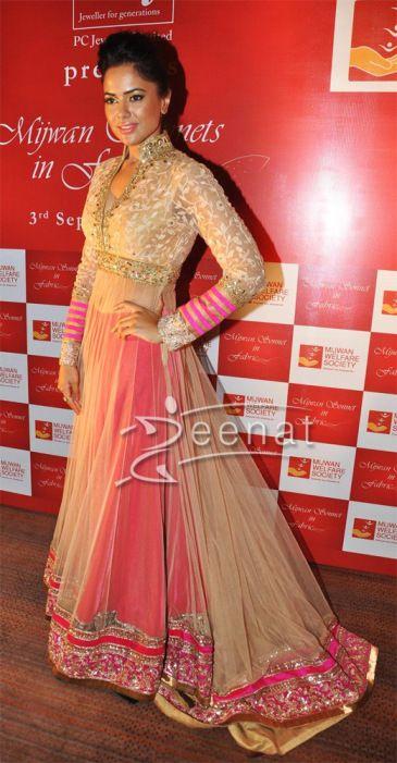 Sameera-Reddy in Manish Malhotra simple lehenga