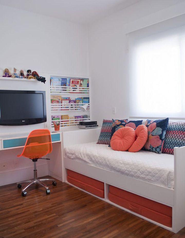 Ambientes claros e com detalhes coloridos. Veja mais: http://casadevalentina.com.br/projetos/detalhes/voltado-para-a-varanda-568 #decor #decoracao #interior #design #casa #home #house #idea #ideia #detalhes #details #style #estilo #color #cor #casadevalentina #bedroom #quarto