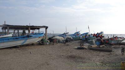 Эквадор Вальдивия на берегу океана рыбацкие лодки