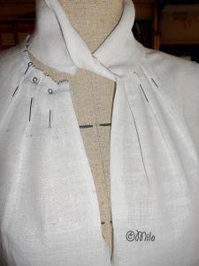 Прикрепленное изображение pleats on neckline. Twisted collar