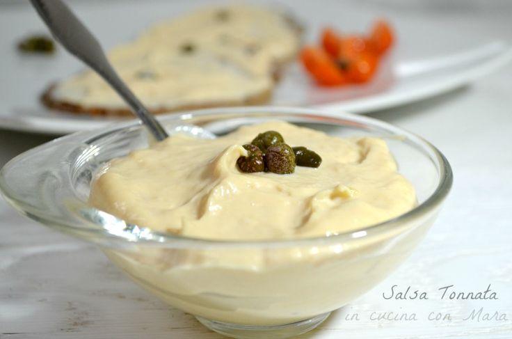 La salsa tonnata è un condimento realizzato con uova, olio, tonno, capperi e acciughe frullati insieme, l'ingrediente principale del vitello tonnato.