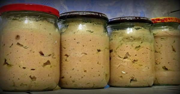 Mięso, podgardle i cebulkę pokroić na mniejsze kawałki, udusić w jednym litrze wody z dodatkiem listka i ziela ang. ,mięso nie powinno się rozpadać. Gotować na wolnym ogniu pod przykryciem. Wyjąć mięso, listek wyrzucić, skręcić przez maszynkę ,wyłożyć w duże naczynie, dodać przyprawy i kaszę mannę, dolać gorący rosół