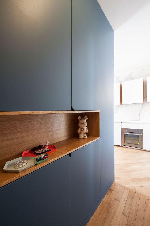Dans l'entrée de ce 37 m2 entre bleu et bois, le couloir s'offre une niche déco et des rangements bien pensés. Une réalisation signée Rebecca Bénichou, architecte fondatrice de Batiik Studio.