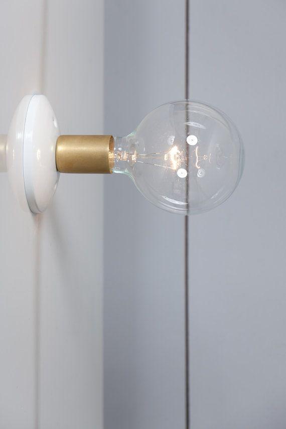 Ce fait sur commande dordre laiton bougeoir applique murale est livré avec  -Couvercle en laiton en métal (Max 250V) -Noir ou blanc couvert de plafond -Listé UL  Peut être monté sur un mur ou au plafond.  Dimensions- Habillage de plafond: 5 po large avec fixation universelle  Note : pour 60 Watts Max.  Électriques conducteurs et Socket fonctionnera partout dans le monde. Douille en céramique sous le couvercle de la prise de métal.  Pour ajouter un interrupteur de marche/arrêt de chaîne t...
