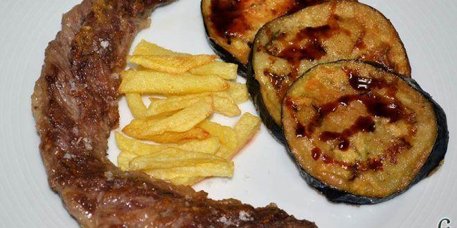 Lagarto de cerdo ibérico a la plancha con berenjenas con miel de caña y papas fritas.