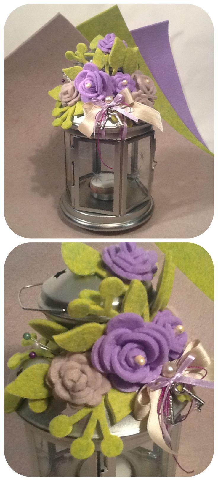 Lanterna decorata con fiori di feltro, nastri e ciondoli d'argento.
