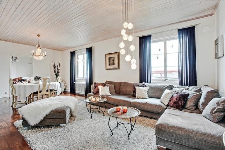 Stort vardagsrum som ger möjlighet till att möblera med soffgrupp och matsalsbord