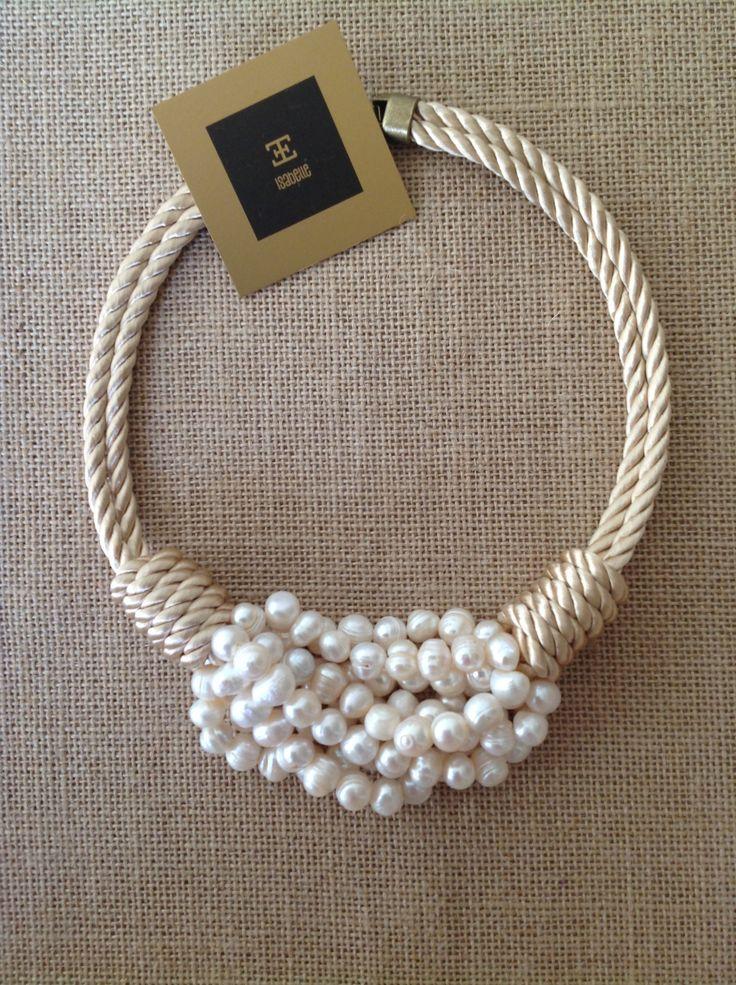 Cordón y perlas, bello....