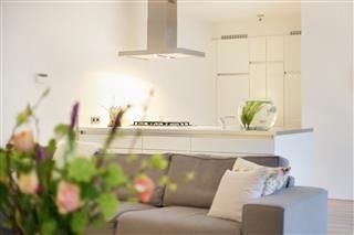 Sfeervolle woonkamer met lichte tinten waardoor er een rustig geheel is ontstaan.