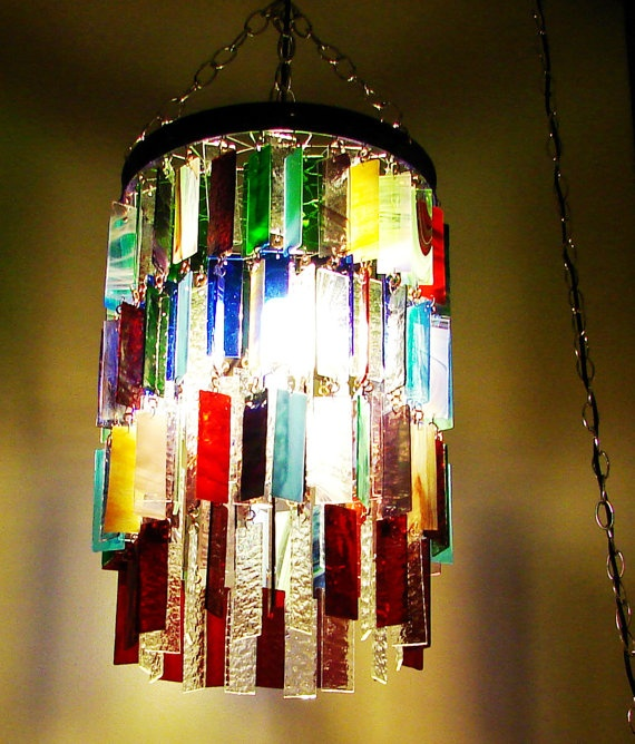 Con los vidrios de colores que se utilizan en los vitrales se pueden desarrollar creativas ideas como esta lampara de colores.