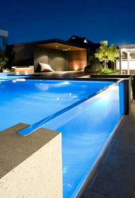 Piscina con pared lateral de cristal