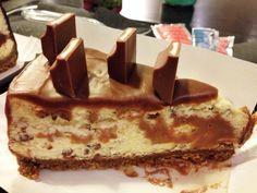 """Υπέροχο+cheesecake+""""Kinder+Bueno""""+με+γλάσο+σοκολάτας"""