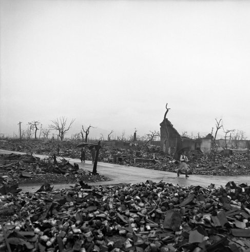 persuasive essay hiroshima nagasaki A photo-essay on the committee on damage by atomic bombs in hiroshima and nagasaki, hiroshima and nagasaki: unlike hiroshima, nagasaki lies in a series of.
