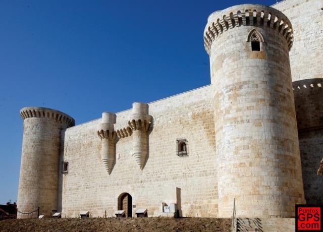 CASTLES OF SPAIN - Castillo de los Sarmiento, (Palencia). En 1428 era el señor de la Villa de Fuentes de Valdepero Don Diego Pérez Sarmiento, tercero de la estirpe en llevar este nombre, Adelantado Mayor de Galicia. El 15 de noviembre de 1442 fue nombrado conde de Santa Marta por el rey Juan II y en 1465 renunció al Adelantamiento de Galicia, en favor de su hijo Don Bernardino.