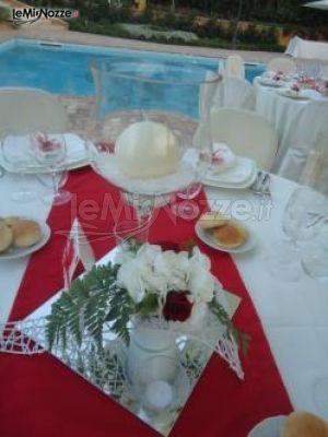 http://www.lemienozze.it/gallerie/foto-fiori-e-allestimenti-matrimonio/img33995.html Centrotavola con fiori per il matrimonio bianchi e rossi per il ricevimento a bordo piscina